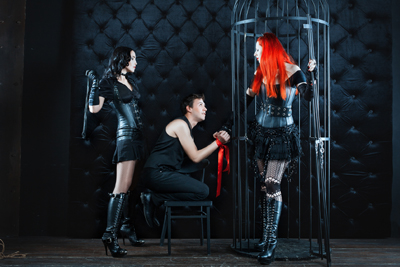 Une soirée avec deux femmes dominatrices